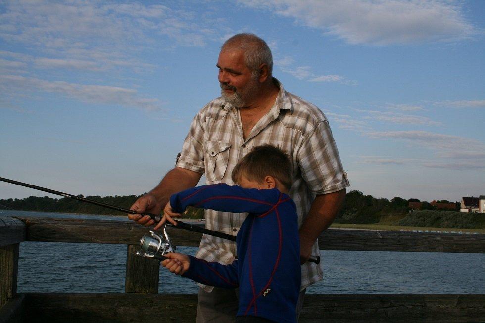 Kinder angeln auf der Seebrücke